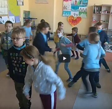 Taniec z okazji Tygodnia Europejskiego w wykonaniu klasy I SP